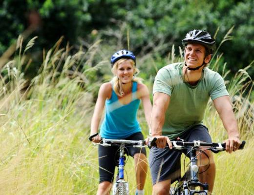 assets/Uploads/gallery-images/_resampled/FillWzg2MCw0NTBd/couple-riding-bikes.jpg